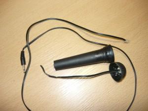 Разобранный микрофон с поврежденными проводами