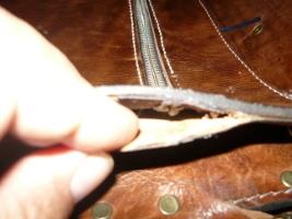 Раскрытие бокового шва у портфеля для обеспечения прошивки в торцах замка
