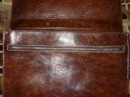 Окончание работы по замене замка в портфеле из толстой натуральной кожи