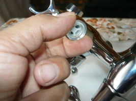 Установка силиконовых прокладок на штуцер кронштейна для душевой лейки