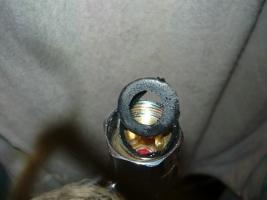 Вид на прорезанную резиновую прокладку после перетяжки накладной гайки