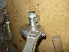 Откручивание крана от водопроводной трубы