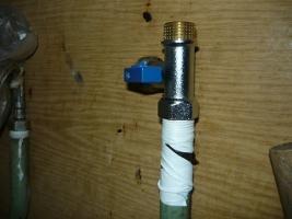Пол оборота крана для зацепления с резьбой водопроводной трубы
