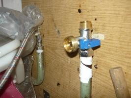Установленный кран на водопроводной трубе