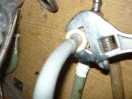 Закручивание накидной гайки на штуцер крана от шланга подключения к стиральной машине