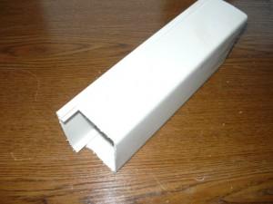 Вид на кусок отпиленного кабель канала 100х60
