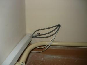 Пример получившегося  несуразного ввода проводов через стену