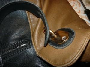 Вид на сломанный держатель ручки сумки