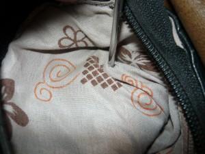 Отворачивание винтов крепления в держателе ручки сумки