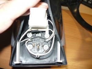 Вид на автомат электрочайника с крепежными винтами