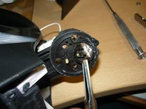 Вид на подгибание пластины датчика при помощи щипцов