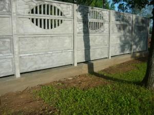 Вид на готовый фундамент под бетонным забором