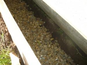 Подсыпка дна канавы песком и гравием