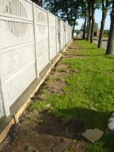 Вид на фундамент под бетонным забором справа