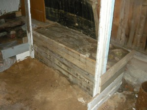 Вид на готовую половину фундаменту сбоку под кирпичную печь
