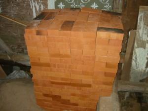 Вторая куча кирпича, сложенная вокруг фундамента