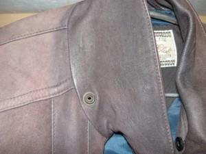 Сравнение цвета изнаночной части воротника и на плечах