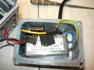 Вид на запаенные концы выключателя, вмонтированного в корпус светильника