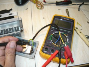 Проверка на отсутствие замыкания питающих проводов светодиодного светильника на корпус