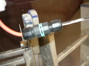 Зажим гайкой посредством цангового наконечника провода