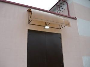 Вид на готовый к эксплуатации светодиодный светильник во включенном состоянии