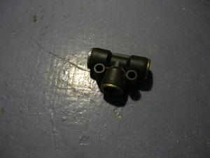 Тройник для соединения шлангов воздушных трубопроводов с одним целым кольцом