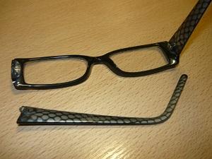 Очки со сломанным шарниром