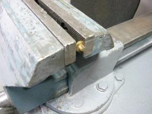Обработка заготовки в тисках