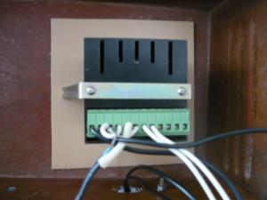 Вид на подсоединение термодатчика, питания и пускателя к терморегулятору