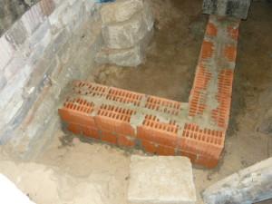 Вид на выложенный из блоков фундамент для лестницы