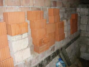 Запас керамических блоков для строительства фундамента