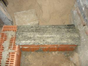 Укладка полосы рубероида на ширину фундамента лестницы