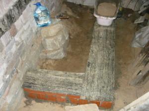 Вид на уложенные полосы рубероида на фундамент