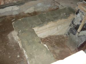 Поворот фундамента к стене в конце лестницы