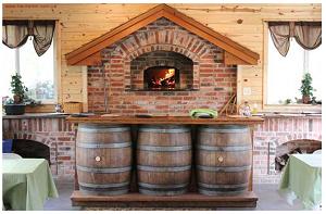 Помпейская печь с барной стойкой из пивных бочек