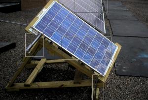 Квадратами выделены слева направо: линейный привод, стационарные солнечные панели, солнечная панель под углом, механизм регулировки наклона оси вращения солнечной панели.