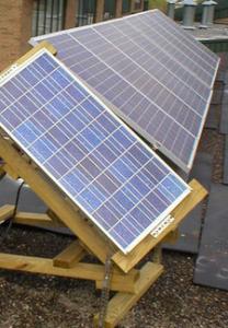Вид размещенной солнечной батареи на трекере по соседству с солнечными панелями, закрепленными стационарно