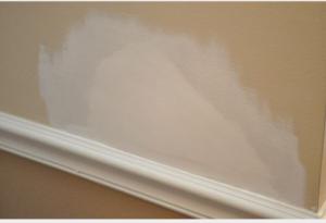 Покраска грунтовкой ремонтируемого участка подвесного потолка из гипсокартона