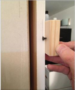 Очерчивание разметочной линии при помощи деревянного бруска и ввернутого шурупа