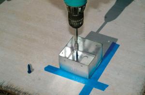 Крепление кронштейна на бетон при помощи шуруповерта