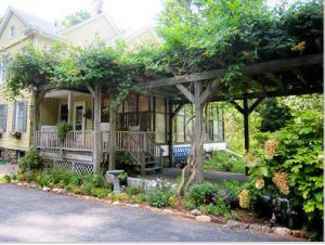 Вид на приподнятую перголу  с переходом на веранду и в сад