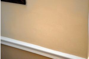 Вид на полное восстановление поврежденного участка подвесного потолка из гипсокартона
