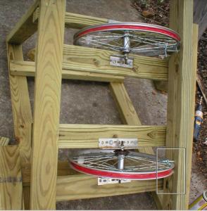 Монтаж основания рамки солнечной панели на обода колес