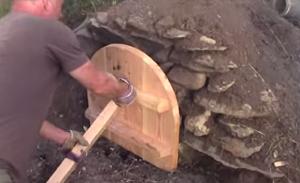 Закрытие топки печи с пиццей деревянным щитом
