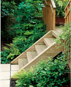 Деревянная лестница в сдержанном стиле