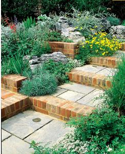 Комбинация кирпичной кладки с натуральным камнем в укладке и оформлении ступеней лестницы