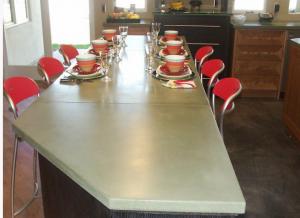 Общий вид сервированной готовой бетонной столешницы