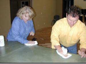 Нанесение слоя пчелиного воска на поверхность бетонной столешницы