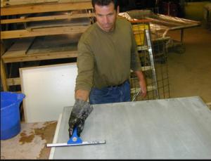 Чистка поверхности бетонной столешницы раствором соляной кислоты