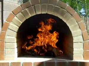 Вид на устойчивое горение дров в топке печи для выпечки пиццы
